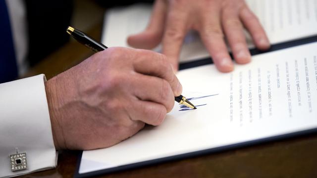 President Trump signs order.jpg_5736701_ver1.0_640_360